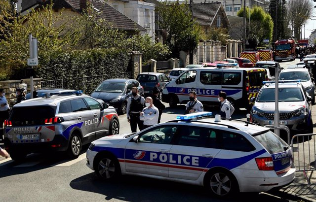 23 April 2021, France, Rambouillet: French police officers secure the area where an attacker stabbed to death a female police administrative worker inside a police station. Photo: Bertrand Guay/AFP/dpa