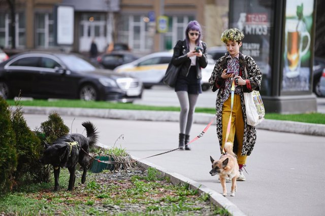 Personas paseando por Moscú