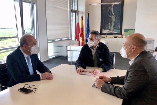 El consejero de Industria, Javier López Marcano, se reúne con el alcalde de Los Corrales, Luis Ignacio Argumosa