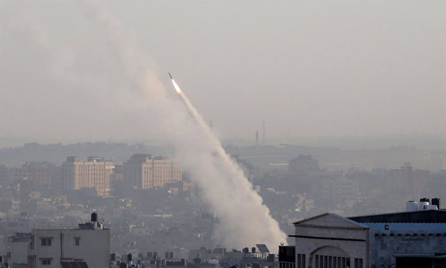 Archivo - Arxiu - Un coet disparat des de la Franja de Gaza contra Israel