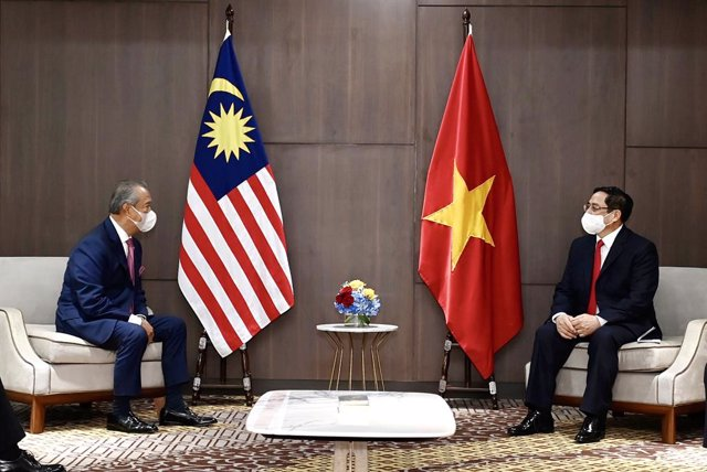 24 April 2021, Indonesia, Jakarta: Malaysian Prime Minister Muhyiddin Yassin (L) speaks with Vietnamese Prime Minister Pham Minh Chinh during their meeting after attending a special Association of Southeast Asian Nations (ASEAN) Leaders' Meeting on the cr