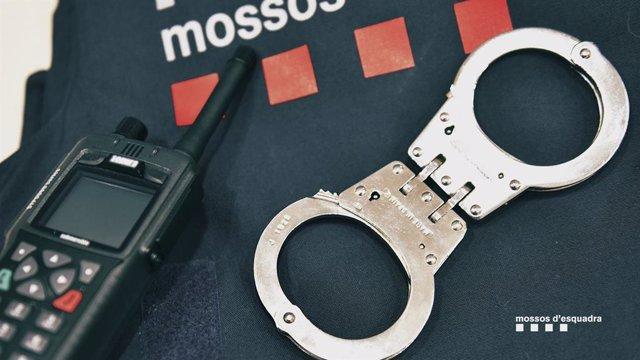 Esposes, walkie-talkie i armilla dels Mossos d'Esquadra