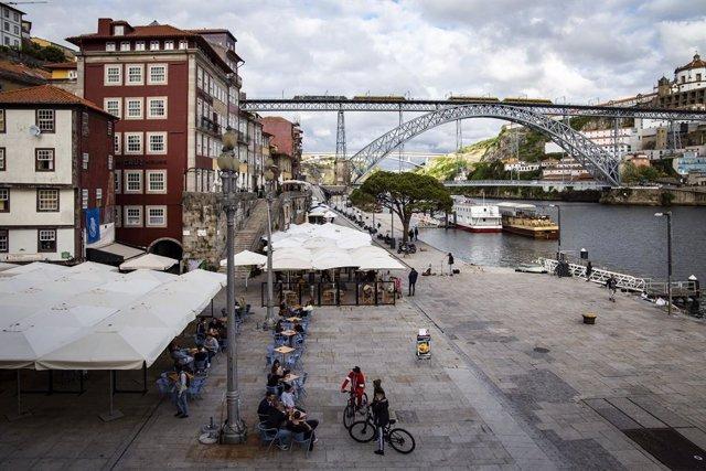 Terrazas a la orilla del Duero en Oporto