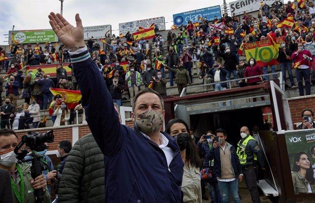 El presidente de Vox, Santiago Abascal (i), y la candidata del partido a la Presidencia de la Comunidad de Madrid, Rocío Monasterio (d), durante un acto electoral en la Plaza de Toros de San Sebastián de los Reyes