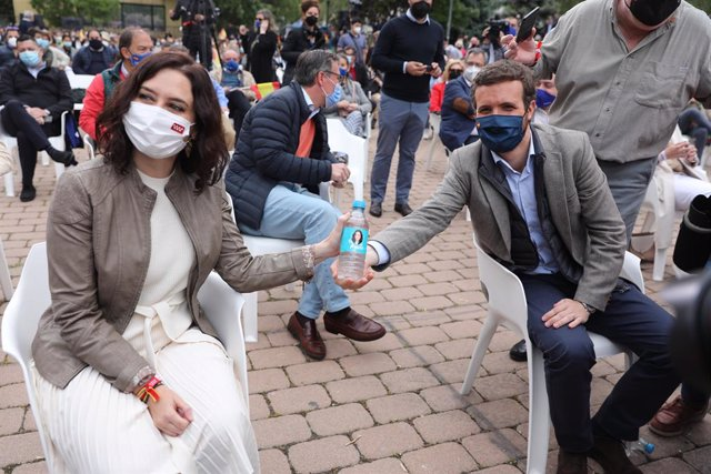 El presidente del PP, Pablo Casado, y la presidenta de la Comunidad de Madrid y candidata a la reelección, Isabel Díaz Ayuso, participan en un acto de campaña, a 23 de abril de 2021, en Pozuelo de Alarcón, Madrid, (España).