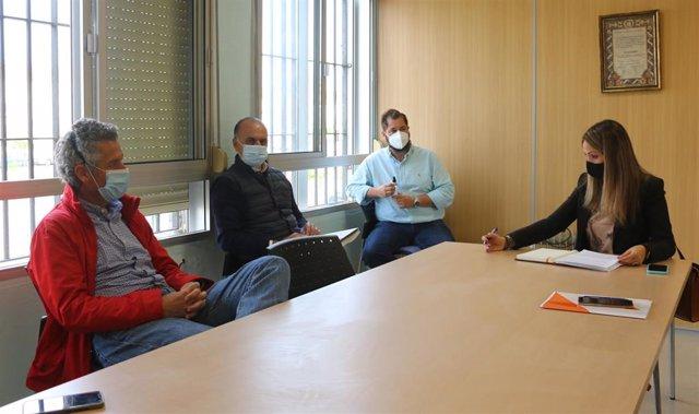 La diputada provincial de Ciudadanos y coordinadora de la formación liberal en Huelva, María Ponce, en una reunión con viticultores.