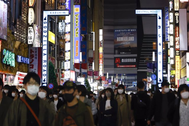 24 April 2021, Japan, Tokyo: Pedestrians wear face masks at Shinjuku after the Japanese Prime Minister Yoshihide Suga declared a state of emergency in an effort to curb a surge of coronavirus cases. Photo: Rodrigo Reyes Marin/ZUMA Wire/dpa