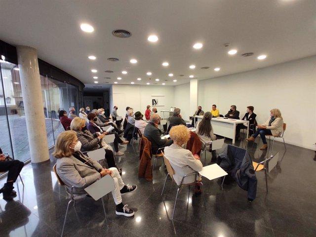 L'escriptor Lluís Busquets i Grabulosa (al centre de la taula) presenta 'Jesús, una història polèmica' (ed. Oliveras) amb la regidor d'Educació d'Olot  (Girona) Mariona Camps, en l'Arxiu Comarcal de la Garrotxa