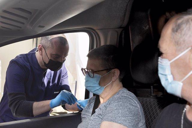 Una mujer recibe una dosis de la vacuna contra el coronavirus dentro de su vehículo en el sur de Francia