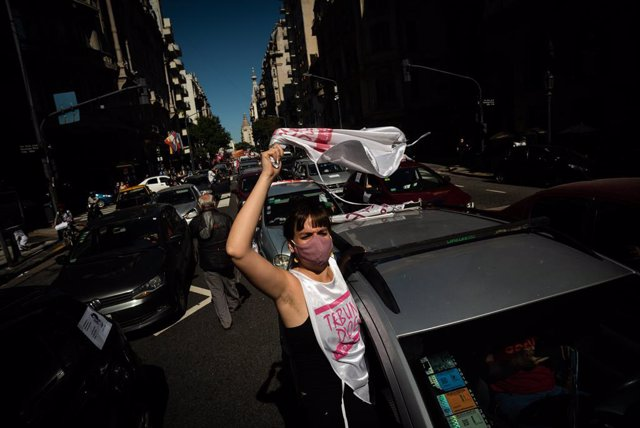 14 April 2021, Argentina, Buenos Aires: Teachers take part in a protest to demand the suspension of face-to-face classes due to the increase in coronavirus (COVID-19) cases. Photo: Alejo Manuel Avila/Le Pictorium Agency via ZUMA/dpa