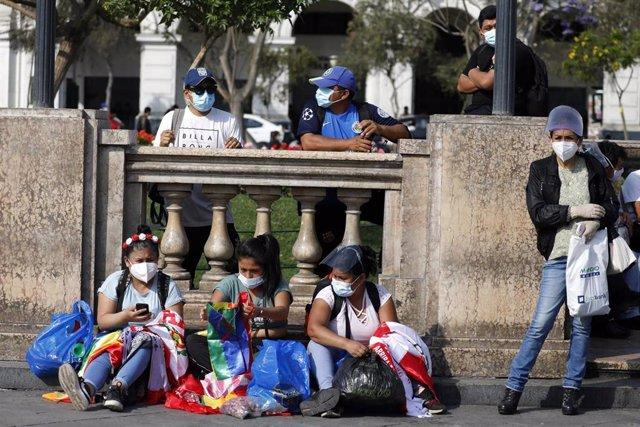 Archivo - En las calles de Lima, personas con mascarillas.