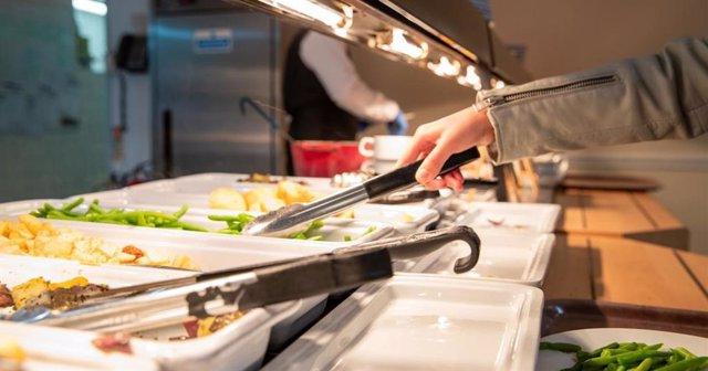 Archivo - La cafetería del 'Colegio C': el Colegio de Cambridge que ayudó a los investigadores a realizar un experimento elección de alimentos veganos en en bufet.