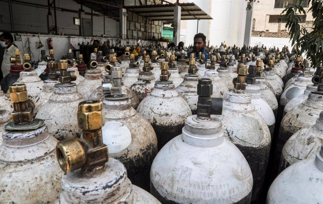 21 April 2021, India, New Delhi: A general view of Medical oxygen cylinders at a charging station during the second wave of Covid-19 pandemic. Photo: Naveen Sharma/SOPA Images via ZUMA Wire/dpa