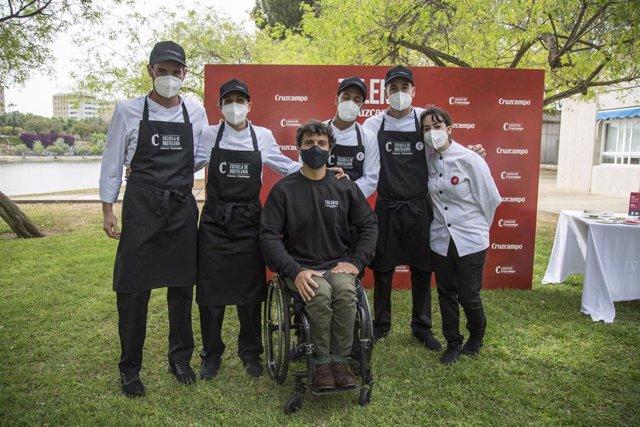 Cisco García con los jóvenes de la iniciativa 'Talento Cruzcampo'