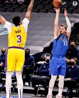 Luka Doncic y Anthony Davis en el duelo NBA entre Dallas Mavericks y Los Angeles Lakers