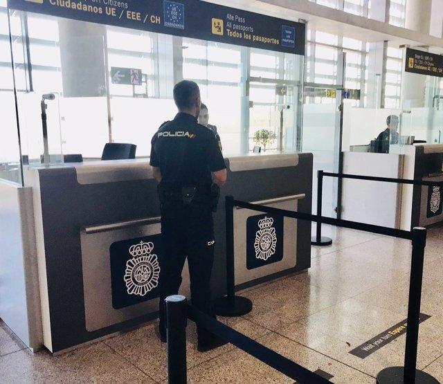 Archivo - Agente de la Policía Nacional en control de aeropuerto de Málaga