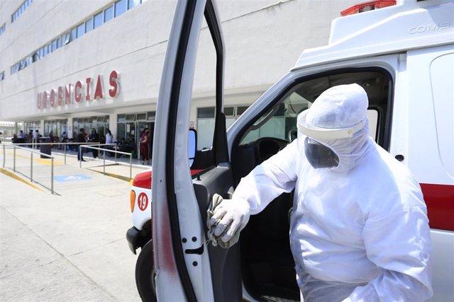 Archivo - Una ambulancia en México