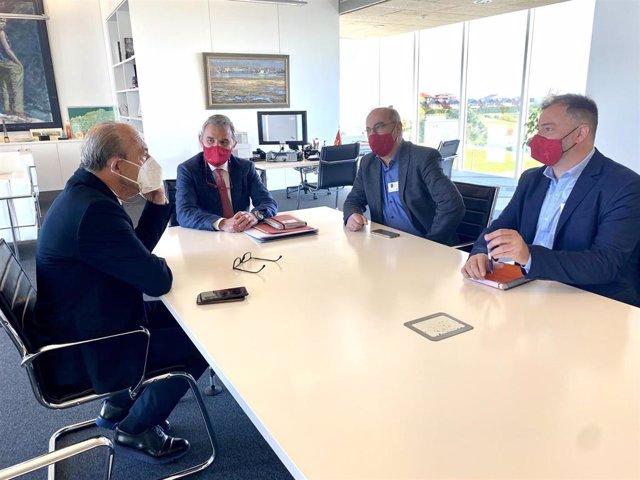 Javier López Marcano se reúne con representantes del Ayuntamiento de Santa Cruz de Bezana