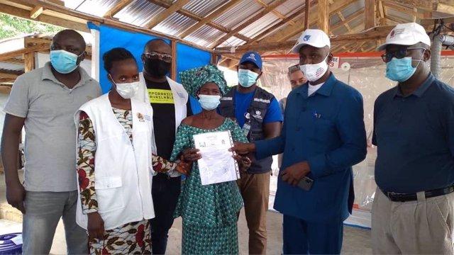 La última paciente del brote de ébola en Guinea recibe el alta médica