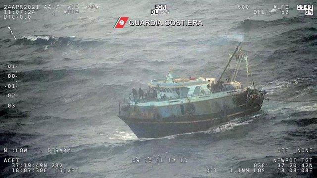 Embarcación a la deriva en aguas italianas