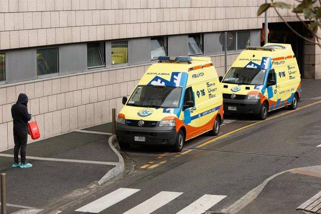 Archivo - Arxiu - Dues ambulàncies estacionades en la porta de l'hospital andorrà