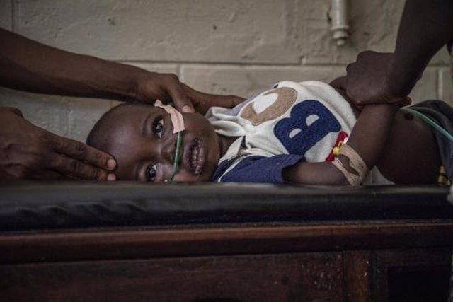 Archivo - Jacque es una niña congoleña de 22 meses que padece neumonía y quizá también malaria.