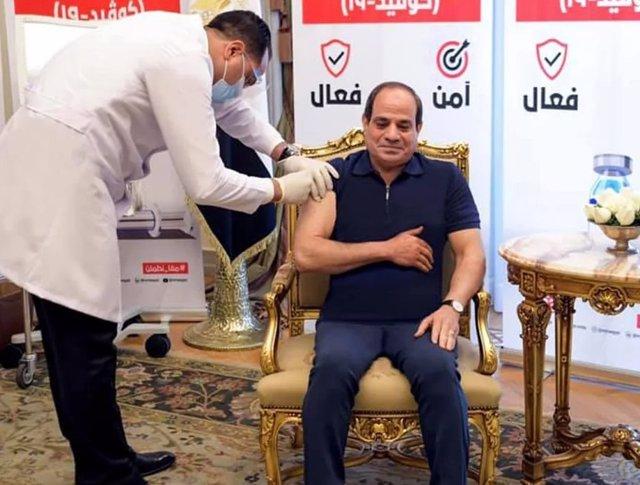 El presidente de Egipto, Abdelfatá al Sisi, recibe la primera vacuna contra el coronavirus