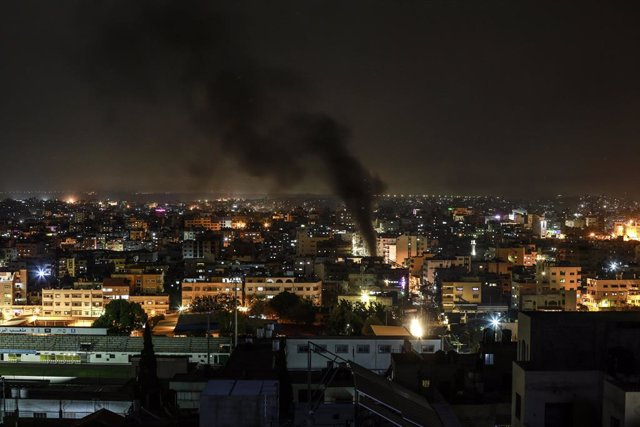 24 April 2021, Palestinian Territories, Gaza: Smoke rises from burning tyres during a demonstration condemning overnight clashes in East Jerusalem. Militant Palestinians in the Gaza Strip fired a rocket towards Israel for the second evening in a row on Sa