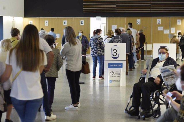 Persoas maiores de 80 anos, policías, bombeiros e profesores esperan para ser vacinados coa dose de Moderna e AstraZeneca respectivamente, no hospital Álvaro Cunqueiro de Vigo, en Vigo, Pontevedra, Galicia (España),