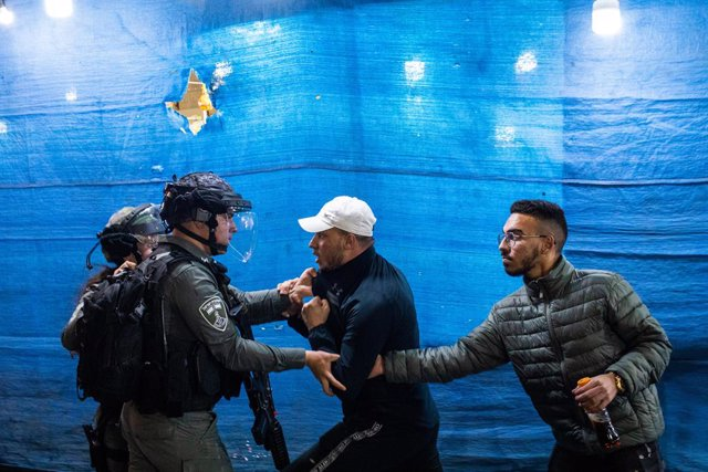 24 April 2021, Israel, Jerusalem: Israeli security forces and Palestinian protesters scuffle with each other at the Old City of Jerusalem. Photo: Ilia Yefimovich/dpa