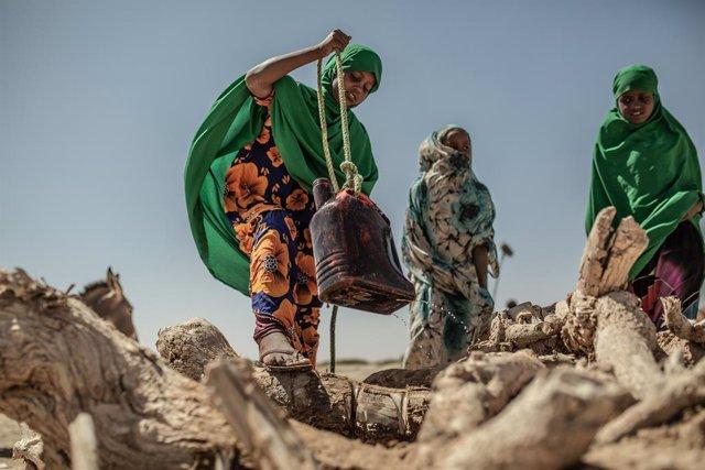 Archivo - Mujeres sacan agua de un pozo en Somalilandia