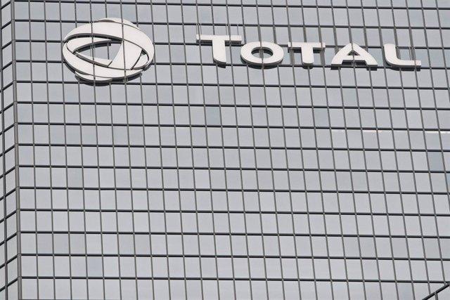 Archivo - Logo de la empresa Total en su sede en París