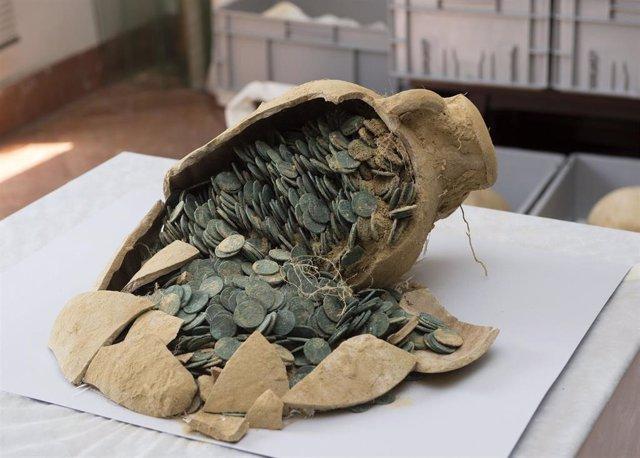 Archivo - Una de las ánforas con monedas romanas del tesoro del Zaudín de Tomares