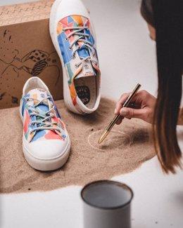 La marca premium de calzado sostenible Dolfie Paradise presenta calzado elaborado por familias artesanas del sur de España y Portugal.