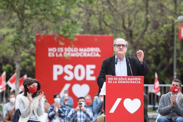 El candidato socialista a la Presidencia de la Comunidad de Madrid, Ángel Gabilondo, durante un acto de campaña, a 24 de abril de 2021, en Puente de Vallecas, Madrid, (España). El PSOE-M continúa con su agenda electoral después de que su candidato partici