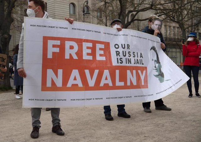 21 April 2021, Berlin: Demonstrators stand in front of the Russian embassy as they demanded the release of the Russian imprisoned regime critic Navalny. Photo: Paul Zinken/dpa-Zentralbild/dpa