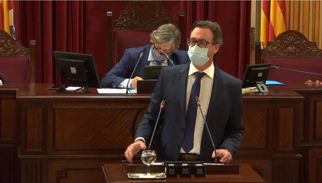 Archivo - El diputado del Grupo Popular Antoni Costa durante una intervención en el Parlament.