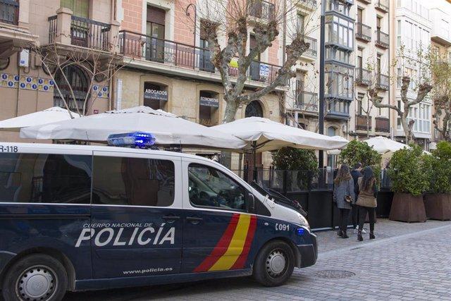 Archivos - La Policía Nacional patrulla junto a una terraza a las 17:00 horas del día de la entrada en vigor de las nuevas restricciones impuestas por el gobierno de La Rioja en Logroño, La Rioja (España).