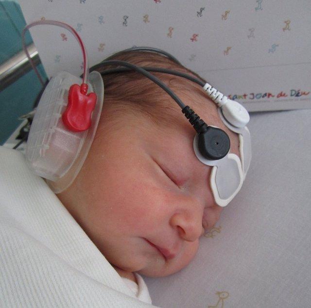 Recién nacido participante en el estudio de la UB sobre la percepción neuronal de las vocales