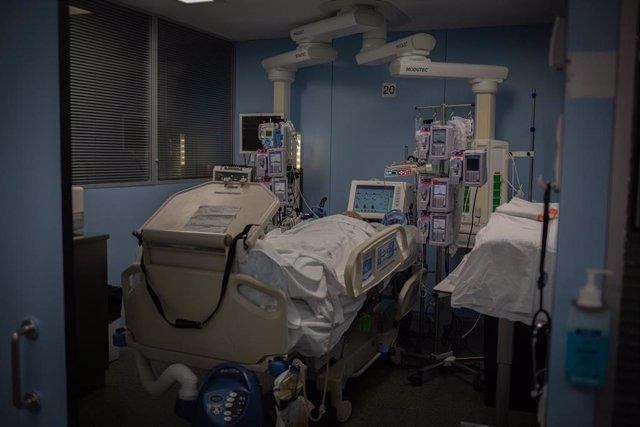 Archivo - Un paciente ingresado en la Unidad de Cuidados Intensivos –UCI- del Hospital de la Santa Creu i Sant Pau, integrado en la Red Hospitalaria de Utilización Pública de Catalunya, en Barcelona, Catalunya (España), a 6 de noviembre de 2020. Ahora que