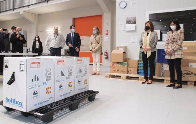 La ministra de Sanitat, Carolina Darias, en la recepció de les vacunes de Pfizer contra la covid-19 a La Rioja.