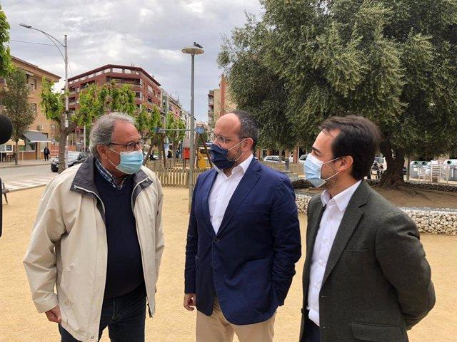 El presidente del PP catalán, Alejandro Fernández, junto al presidente del PP de Barcelona, Óscar Ramírez, y el presidente del PP de Pineda, Manuel Giménez, tras reunirse con el sector hotelero del Maresme (Barcelona), el 26 de abril de 2021.