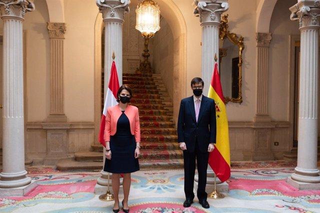 El secretario de Estado para la UE, Juan González-Barba,  y la ministra para la UE y la Constitución de Austria, Karoline Edtstadler
