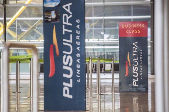 Arxiu - Panell informatiu de l'aerolínia Plus Ultra a l'Aeroport de Madrid.