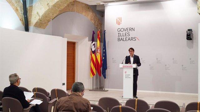 El portavoz del Govern balear, Iago Negueruela, durante una rueda de prensa en el Consolat de Mar.