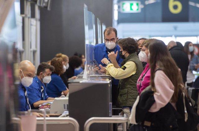 Archivo - Pasajeros esperan para facturar su maleta en la T4 del Aeropuerto Adolfo Suárez Madrid-Barajas, en Madrid (España), a 26 de marzo de 2021. Un total de 4.818 efectivos de las Fuerzas y Cuerpos de Seguridad del Estado (FCSE) se desplegarán esta Se
