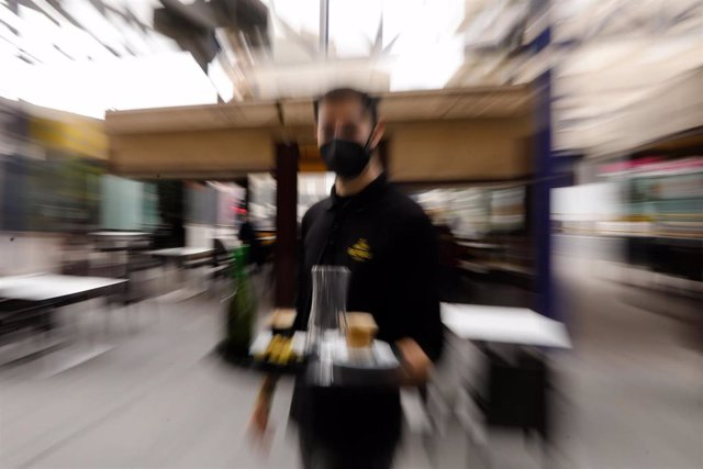 Archivo - Un camarero en la terraza de un bar de Alcantarilla, a 10 de febrero de 2021.