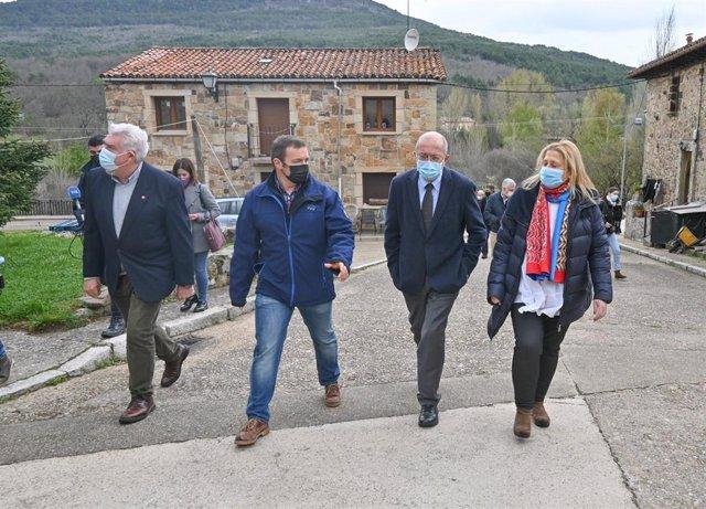 Igea, segundo por la derecha, durante su visita a Molinos de Duero.