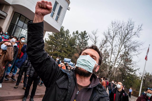 Archivo - 06 January 2021, Turkey, Ankara: Ademonstrator takes part in a demonstration against the newly appointed rector who known for closeness to the Turkish government and the ruling party. Photo: Tunahan Turhan/SOPA Images via ZUMA Wire/dpa