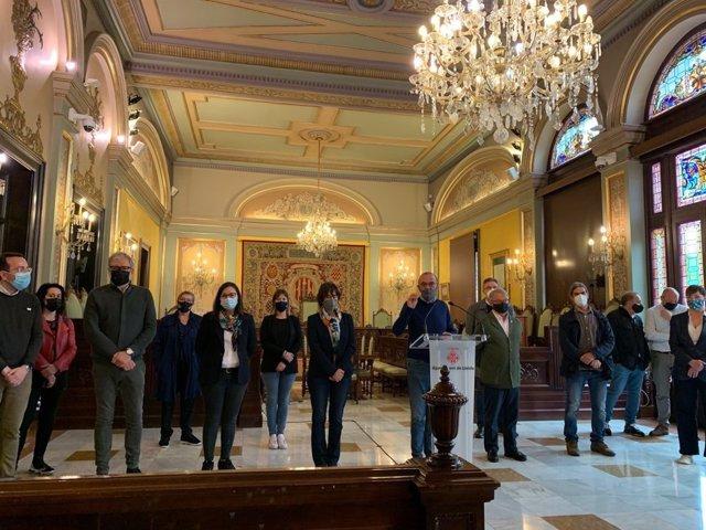 El alcalde de Lleida, Miquel Pueyo, en declaraciones a los medios desde el salón de plenos del Ayuntamiento junto a concejales, representantes sindicales y de las patronales.